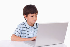 Pojke som använder en bärbar dator Royaltyfri Bild