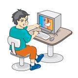 Pojke som använder en dator Arkivbild