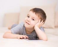 Pojke som använder minnestavlan Arkivbild