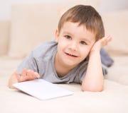 Pojke som använder minnestavlan Arkivfoto