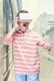 Pojke som använder virtuell verklighethörlurar med mikrofon fotografering för bildbyråer