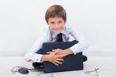 Pojke som använder hans bärbar datordator Arkivbild