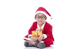 Pojke som bär den Santa Claus likformign Arkivfoton