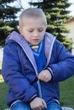 Pojke som bär ett omslag med en blixtlås Royaltyfri Fotografi