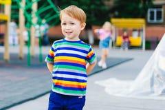 Pojke som blir på lekplatsen Royaltyfria Bilder