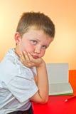 Pojke som borras med läxa Royaltyfria Bilder