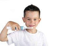 Pojke som borstar hans elektriska tandborste för tänder Arkivfoto