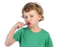 Pojke som borstar hans tänder royaltyfri fotografi
