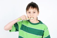 pojke som borstar hans tänder royaltyfria foton