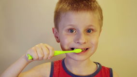 Pojke som borstar hans tänder med en borste arkivfilmer
