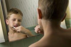 pojke som borstar hans unga tänder Arkivbild