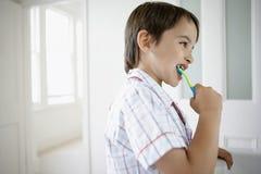 Pojke som borstar tänder Royaltyfria Bilder