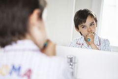 Pojke som borstar tänder Royaltyfri Bild