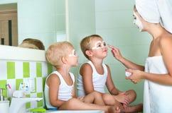 Pojke som borstar tänder i badrummet Början av en ny dag royaltyfria foton