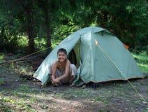 pojke som campar den lyckliga near tenten Royaltyfri Fotografi
