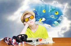 Pojke som drömmer av semestrar Royaltyfri Fotografi