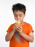 pojke som dricker glass juic Royaltyfri Foto