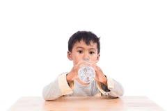 pojke som dricker little vatten Fotografering för Bildbyråer