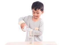 pojke som dricker little vatten Arkivfoto