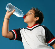 pojke som dricker törstigt vatten royaltyfri bild