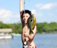 Pojke som fångar en fisk i Michigan sjön under sommar, fiskeaktivitet med familjen Roligt barn royaltyfri bild