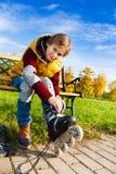 Pojke som får klar att åka skridskor Royaltyfri Fotografi