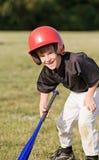 pojke som får slåget klart le till Fotografering för Bildbyråer