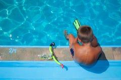 Pojke som förbereder sig att dyka in i pöl 1. Arkivfoton