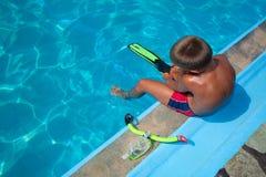 Pojke som förbereder sig att dyka in i pöl 2 Royaltyfri Bild