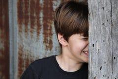 Pojke som försöker att inte kika Fotografering för Bildbyråer