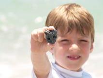 pojke som finner lilla skal Arkivfoton
