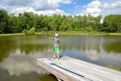 Pojke som fiskar det stilla dammet royaltyfri fotografi