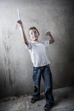 Pojke som flyger ett pappers- flygplan arkivbild