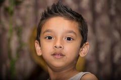 Pojke som framåtriktat ser Royaltyfri Fotografi
