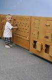 pojke som framkallar modigt leka little Arkivfoto