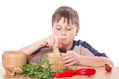 Pojke som förbereder frukosten Fotografering för Bildbyråer