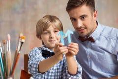 Pojke som förbättrar hans konstexpertis Fotografering för Bildbyråer