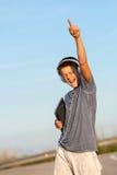 Pojke som fritt menar med hörlurar och tableten. Arkivfoto