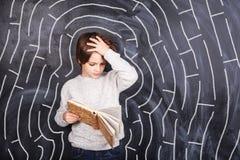 Pojke som försöker att lösa labyrinten Arkivbild