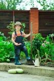 Pojke som fungerar i trädgården Arkivfoton