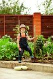 Pojke som fungerar i trädgården Royaltyfri Fotografi