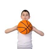 Pojke som går att kasta en basketboll Royaltyfri Bild