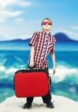Pojke som går för havssemester Arkivfoto