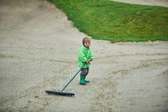 Pojke som går golfbanan Royaltyfri Fotografi