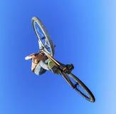 Pojke som går luftburen med hans smutscykel Arkivbild
