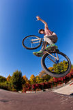 Pojke som går med hans smutscykel Fotografering för Bildbyråer