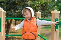 Pojke som går på bron på lekplatsen Fotografering för Bildbyråer