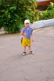 Pojke som går sommar Arkivfoto