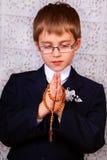 Pojke som går till den första heliga nattvardsgången arkivbild