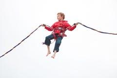 Pojke som gör bungeebanhoppning Fotografering för Bildbyråer